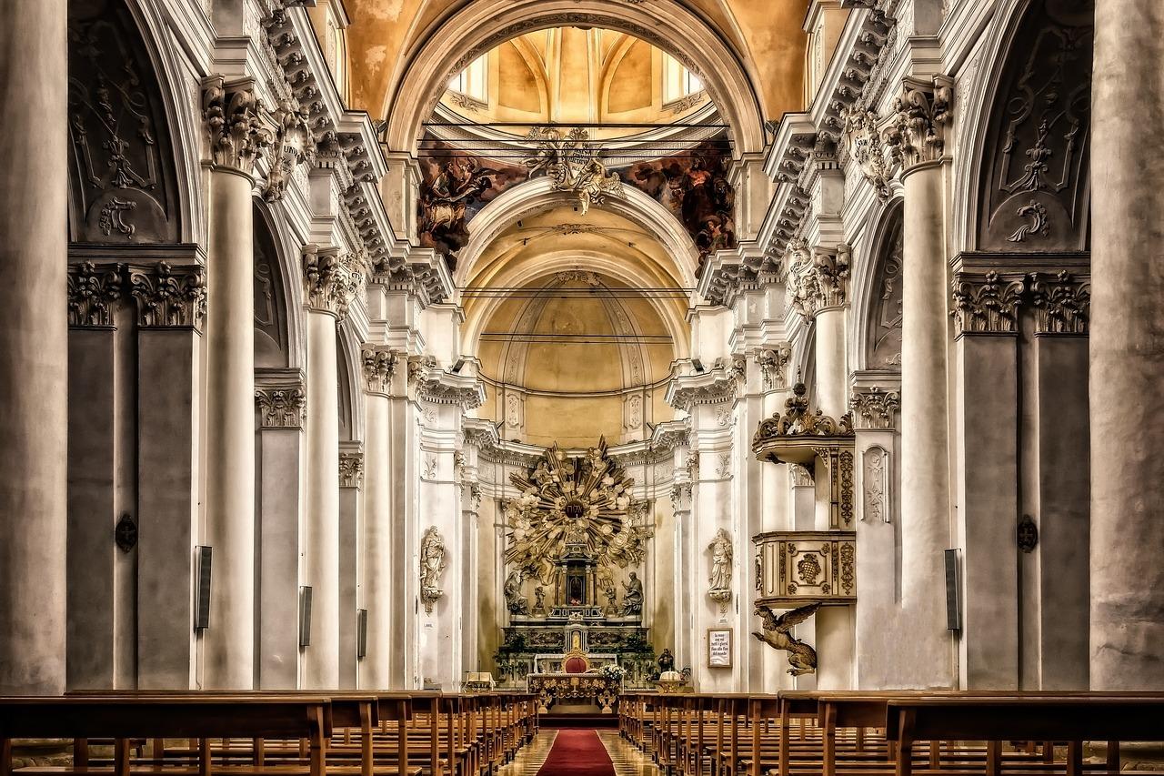Jaka jest różnica pomiędzy kościołem, katedrą i bazyliką?