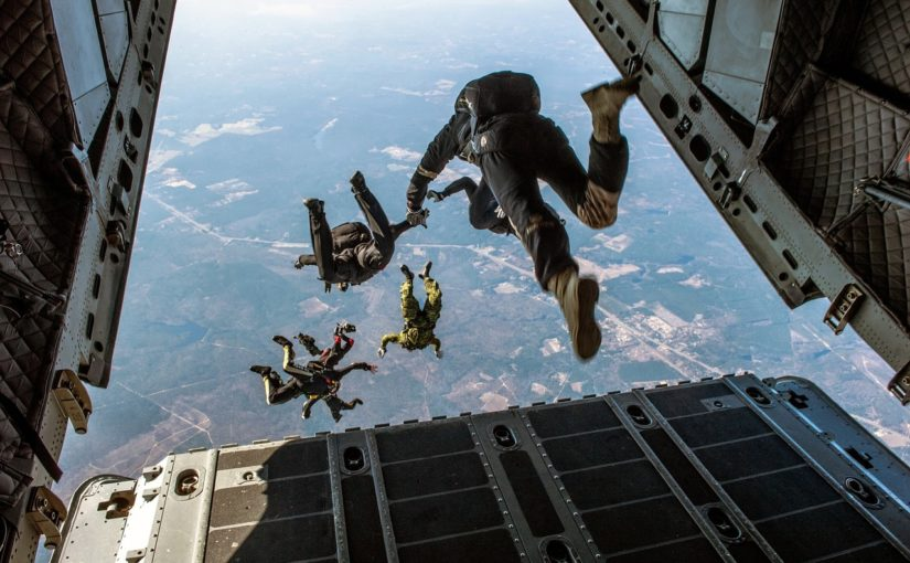 Dlaczego linie lotnicze nie umieszczają spadochronów w samolotach?