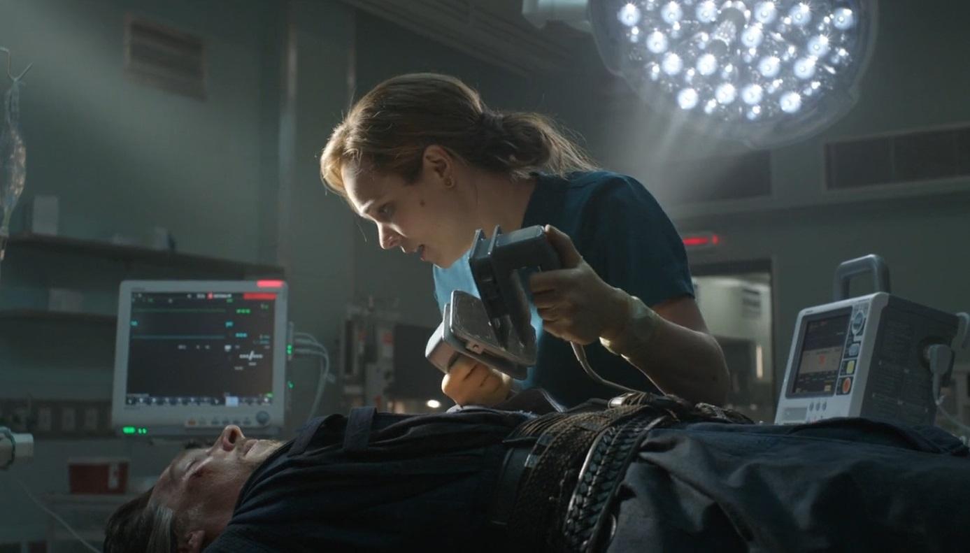 Dlaczego filmowi lekarze pocierają elektrody defibrylatora przed ich użyciem?