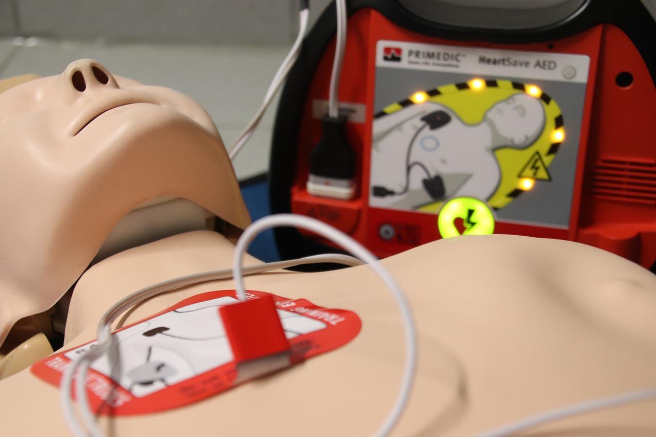 Defibrylacja pierwsza pomoc manekin