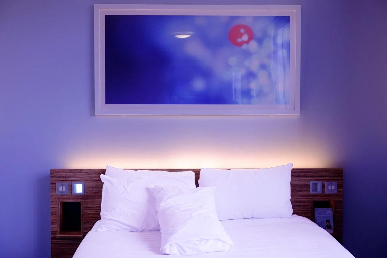 Dlaczego hotele używają białych pościeli?